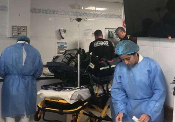 Médicos preparan a niño quemado antes de partir hacia hospital en EE.UU.