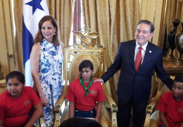 Niños recorren el Palacio Presidencial para conocer su historia