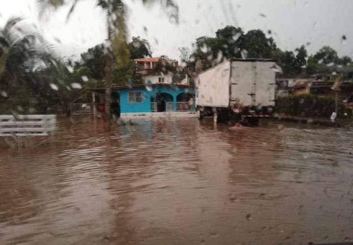 Deslizamientos de tierra, calles anegadas, ríos y quebradas crecidos por lluvia