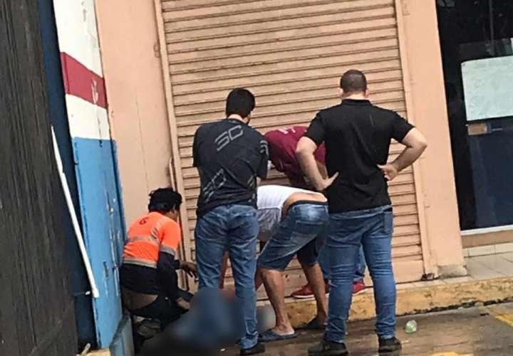 Trabajador cae accidentalmente de un cuatro piso de edificio en Vía España