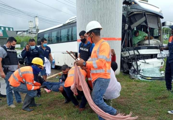 Bus de la ruta Corredor-Chepo se estrella contra columna del Metro, tres heridos