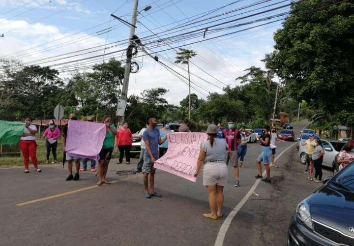 Se tiran a la calle a protestar ante la falta de agua
