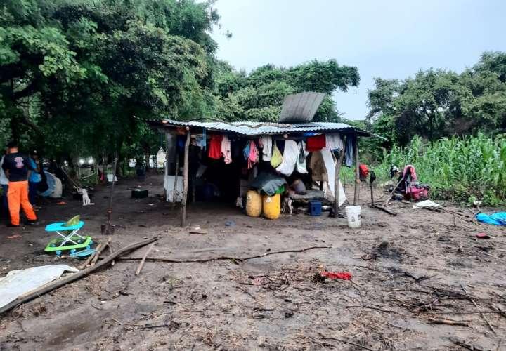 Familia de 19 miembros pierden todo por lluvia y es reubicada