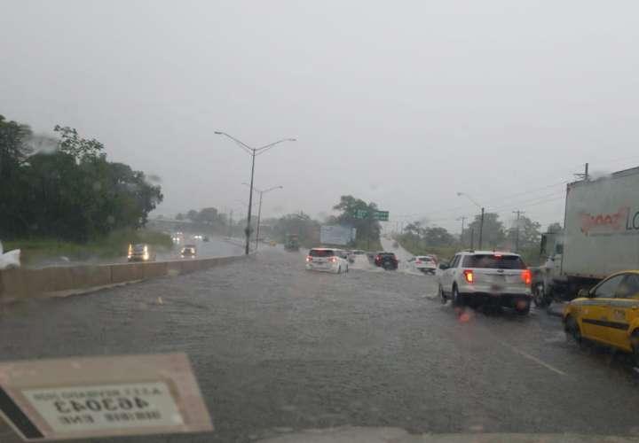 Varias calles terminaron anegadas ante el fuerte aguacero que se registró a horas del mediodía.