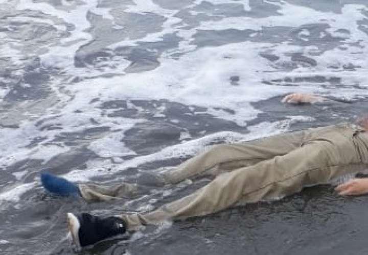 Lo apuñalan y dejan flotando en la playa El Estero