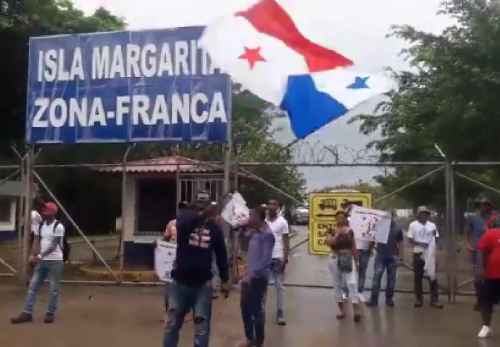 Colonenses piden plazas de empleo en la entrada de puerto