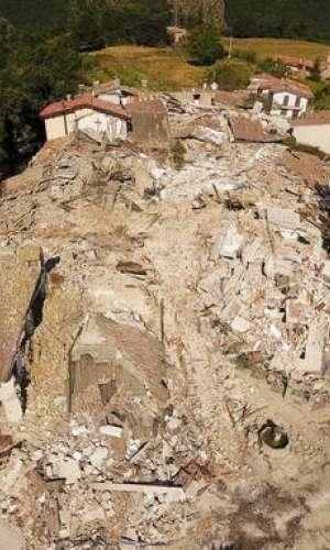 Sobre el terreno las autoridades trataban de localizar a todos los desaparecidos.  /  Foto: AP