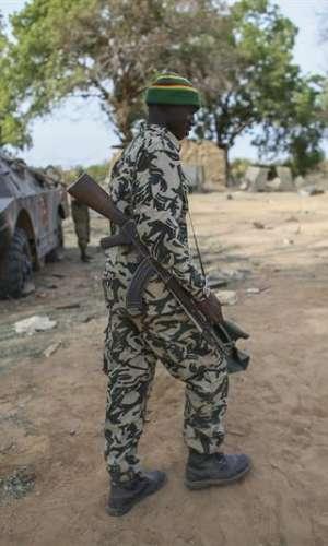 Un soldado maliense en un campamento militar arrasado en un ataque. EFE/Archivo