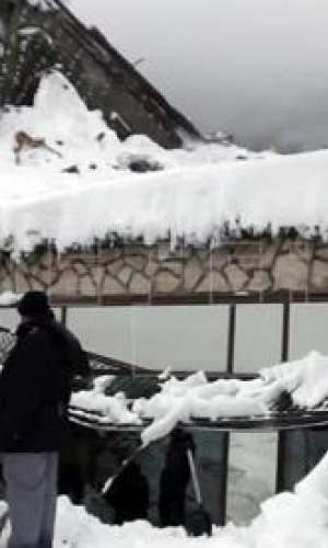 Imagen facilitada por los servicios de rescate de montaña de Italia de las tareas de búsqueda en el hotel sepultado en Rigopiano, Italia, hoy, 21 de enero de 2017. EFE