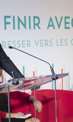 El director ejecutivo del Programa de Naciones Unidas para la Lucha contra el Sida (UNAIDS), Michel Sidibé (i), presenta el último informe sobre el VIH en el hotel De Ville de París (Francia). EFE