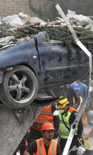 Brigadistas y voluntarios realizan labores de rescate en una fabrica derribada luego del terremoto. EFE