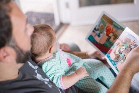 La lectura oral de libros a los niños favorece la inteligencia, la felicidad, la salud, el éxito y la comunicación. EFE