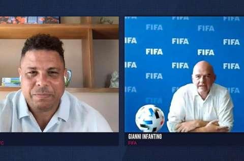 Gianni Infantino (d), entrevistado por Ronaldo. Foto:AP