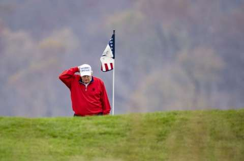El presidente de EE.UU. Donald Trump, es captado jugando golf. FOTO/EFE