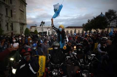 Los manifestantes exigen la renuncia del presidente Alejandro Giammattei, y hasta el vicepresidente Guillermo Castillo le ha pedido que salgan del poder por el bien del país. FOTO/EFE