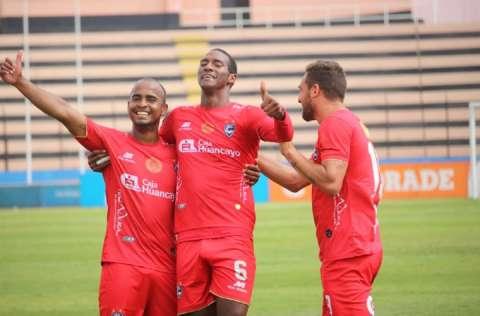 El panameño Abdiel Ayarza (c) celebra con sus compañeros uno de sus goles anotados durante el partido de ayer lunes. Foto: Cortesía