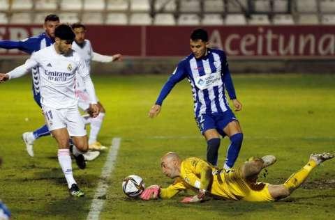 El guardameta del Alcoyano, José Juan (d), detiene un balón ante Marco Asensio (i).