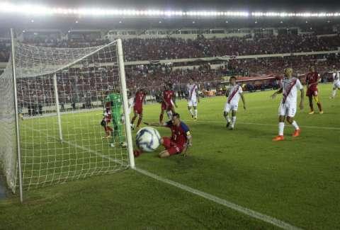 Blas Pérez protagonizó uno de los tantos más polémicos en la eliminatoria, al anotar un gol que no cruzó la línea. Anayansi Gamez