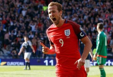 Harry Kane llegará como la máxima figura de Inglaterra para el Mundial de Rusia 2018. En el uniforme se puede ver el escudo.EFE
