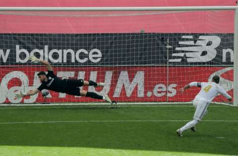 Sergio Ramos (4) cobra el penal que dio al Madrid el triunfo sobre el Athletic Bilbao. Foto:EFE
