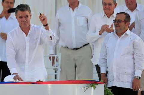 Juan Manuel Santos hace seis años firmó el acuerdo de paz con las FARC. FOTO/EFE