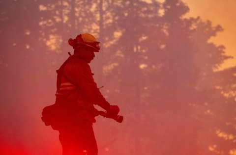 Las llamas son atizadas por los fuertes vientos que soplan. FOTO/EFE