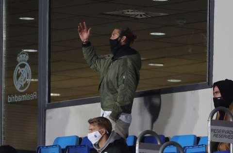 El defensa del Real Madrid Sergio Ramos sigue desde el banquillo el encuentro ante el Shakthar Donetsk. Foto:EFE