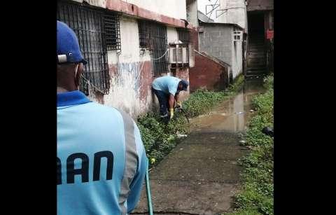 """Unidades del Idaan, con ayuda de """"trompos"""" limpiaron las líneas sanitarias."""
