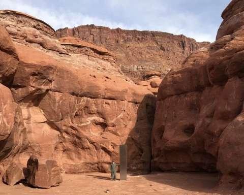 El pilar triangular brillante, que sobresale aproximadamente más de tres metros de las rocas rojas del sur del estado de Utah. Imagen: @MChannels