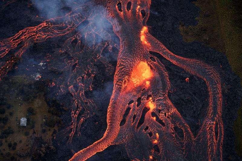 Registro aéreo del recorrido de los ríos de lava expulsados por el volcán Kilauea, en Pahoa (Hawái, EE.UU.) EFE