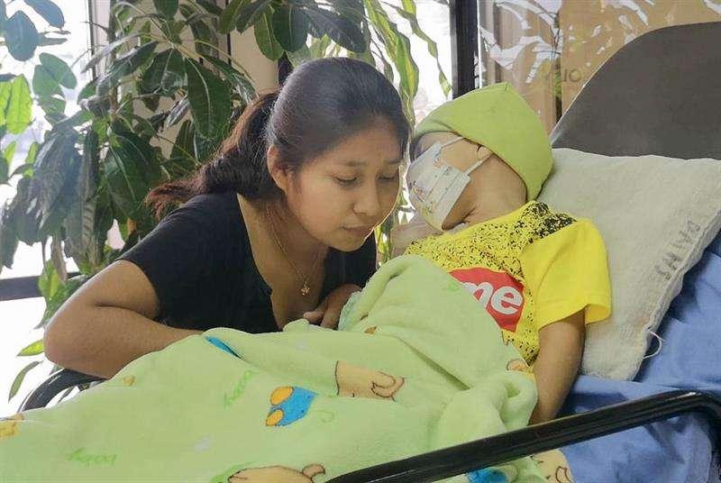 Fotografía registra al niño boliviano que por un supuesto error médico le extirparon los riñones, mientras era preparado para el trasladado a Brasil, en Santa Cruz (Bolivia). EFE