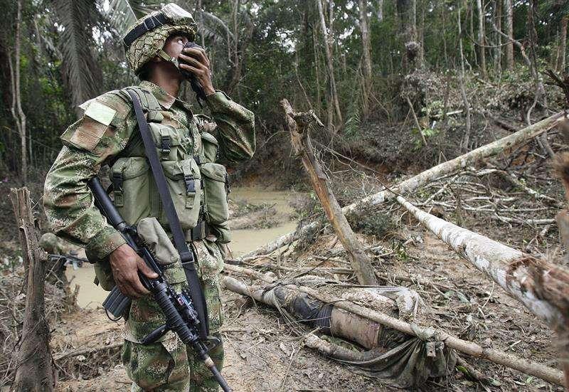 Un soldado del Ejército colombiano inspecciona el terreno luego de un bombardeo. EFE/Archivo