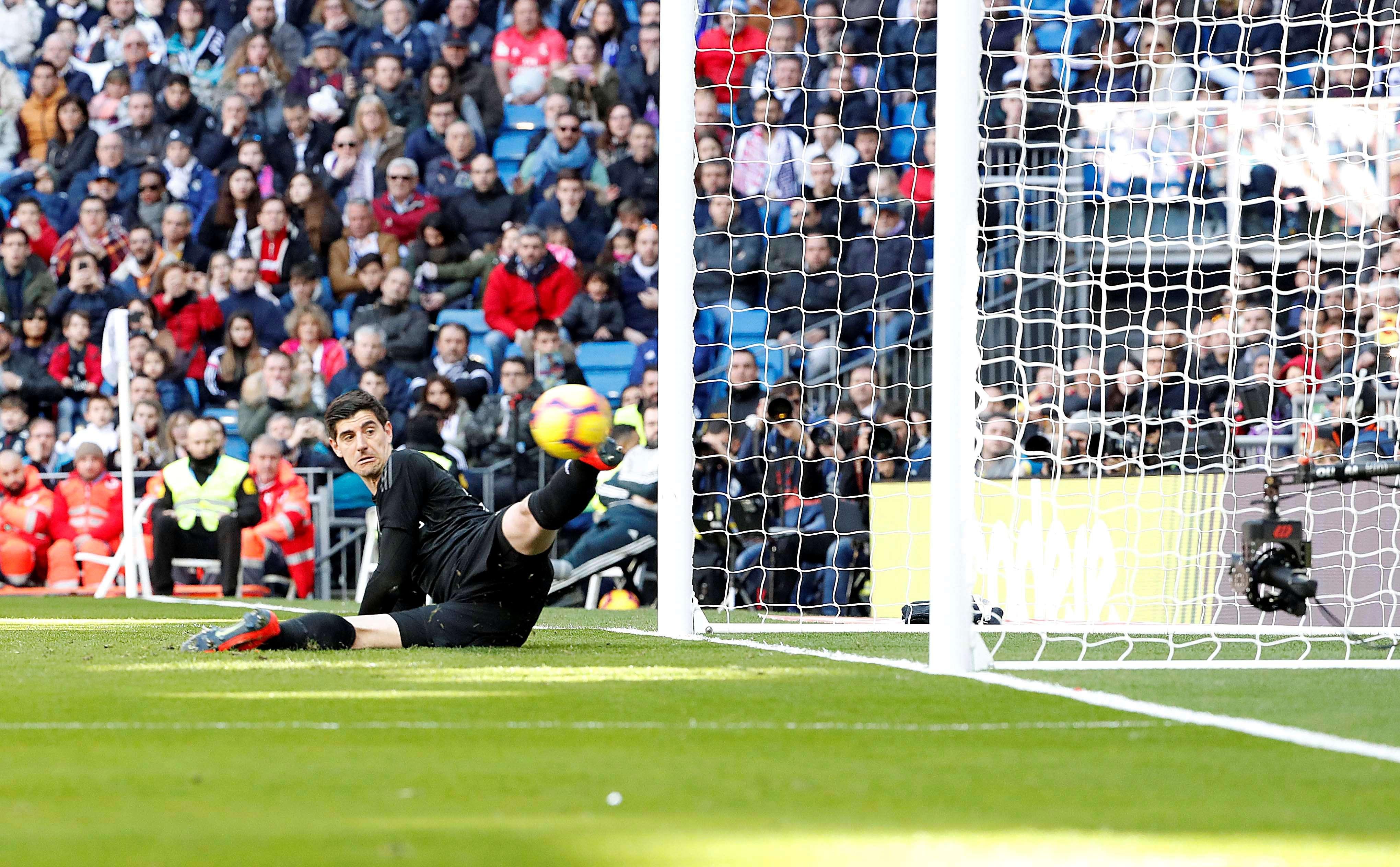 Thibaut Courtois ve entrar el balón en la portería en el primer gol del Girona. / EFE