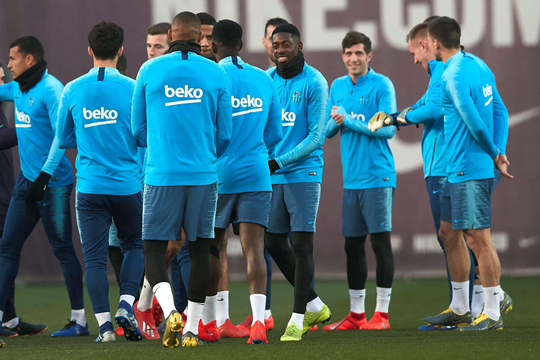 El delantero francés del Barcelona Ousmane Dembélé (3d) durante un entrenamiento del equipo la semana pasada. EFE