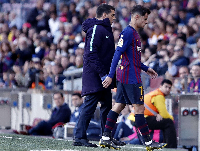El centrocampista brasileño del FC Barcelona, Philipe Coutinho, se dirige hacia el banquillo, tras ser sustituido en la segunda parte, durante el partido de Liga jugado esta tarde frente al Getafe CF.- EFE