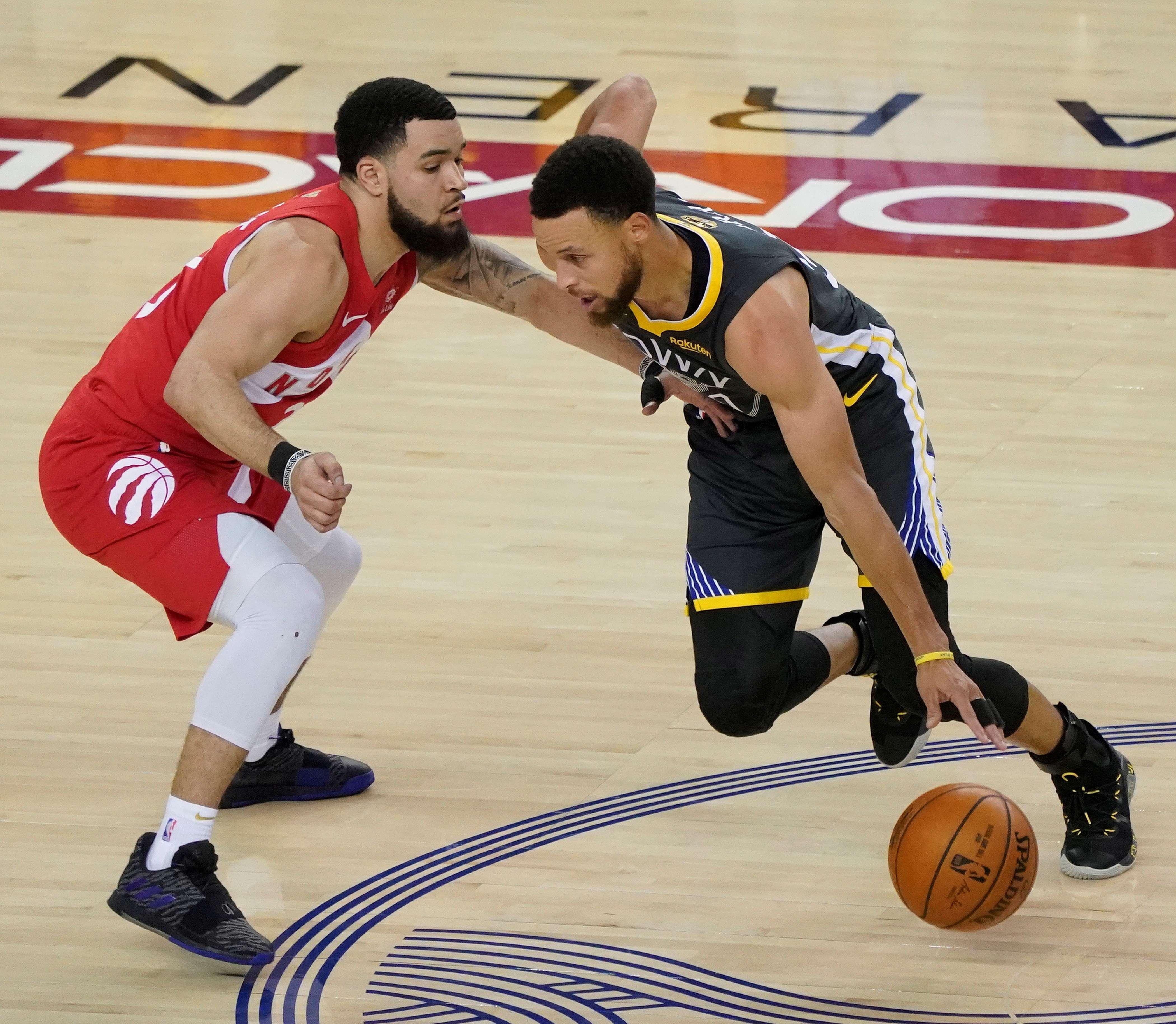 Kyle Lowry (i) de los Raptors de Toronto en acción frente a Stephen Curry (d) de los Warriors de Golden State. / EFE
