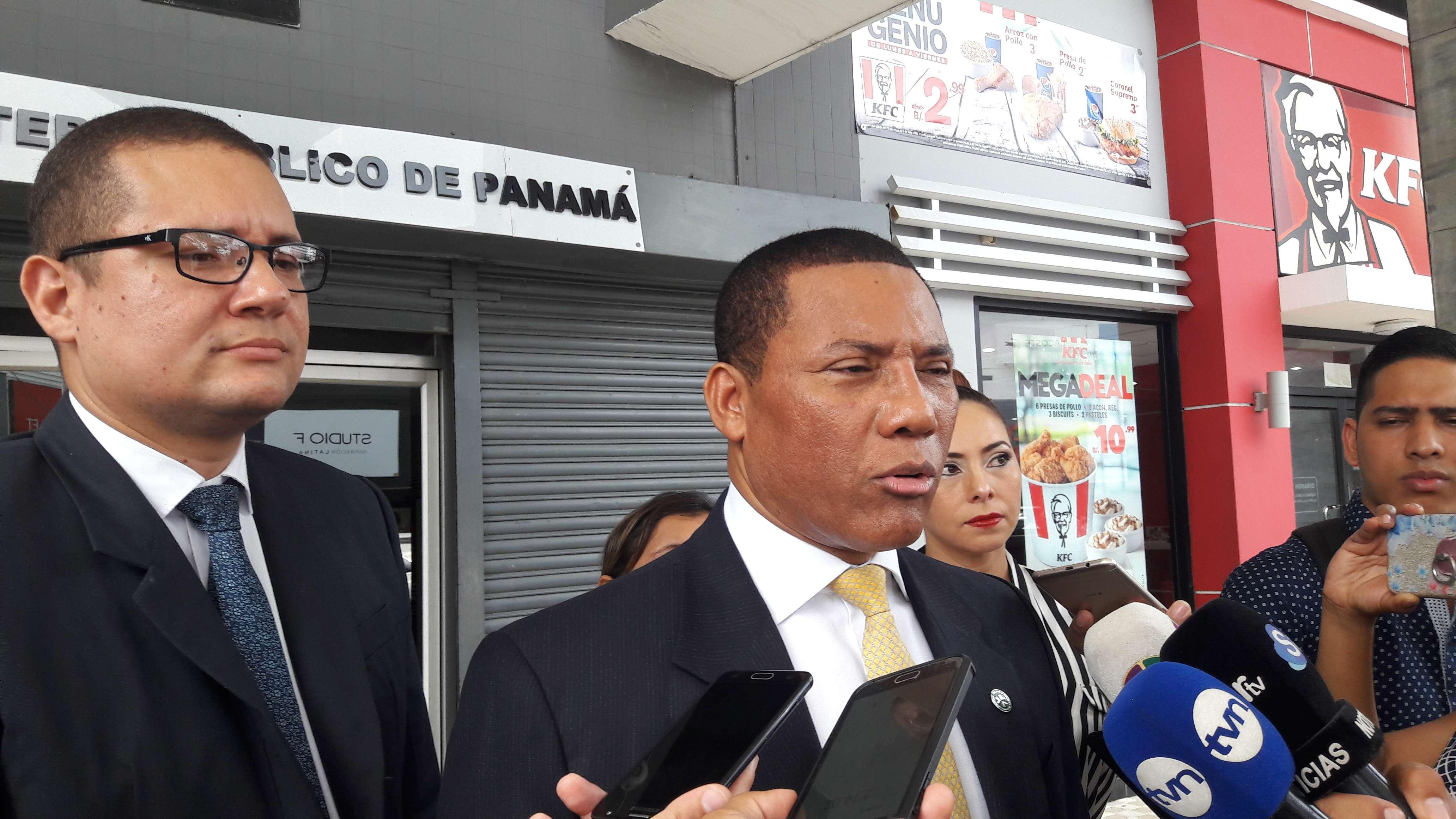 Victor Orobio se presentó junto a tres personas más al edificio Avesa. Foto: Jean Carlos Díaz