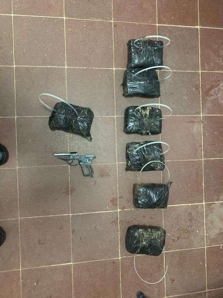 La droga y las piezas del arma fue lanzado desde un dron