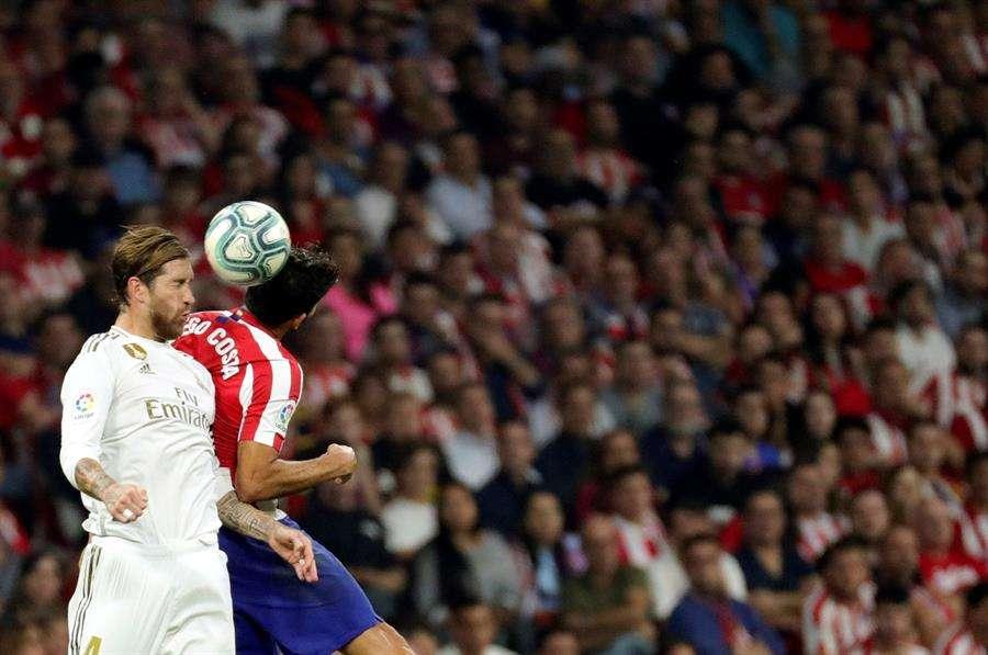Sergio Ramos disputa el balón con Diego Costa. / EFE