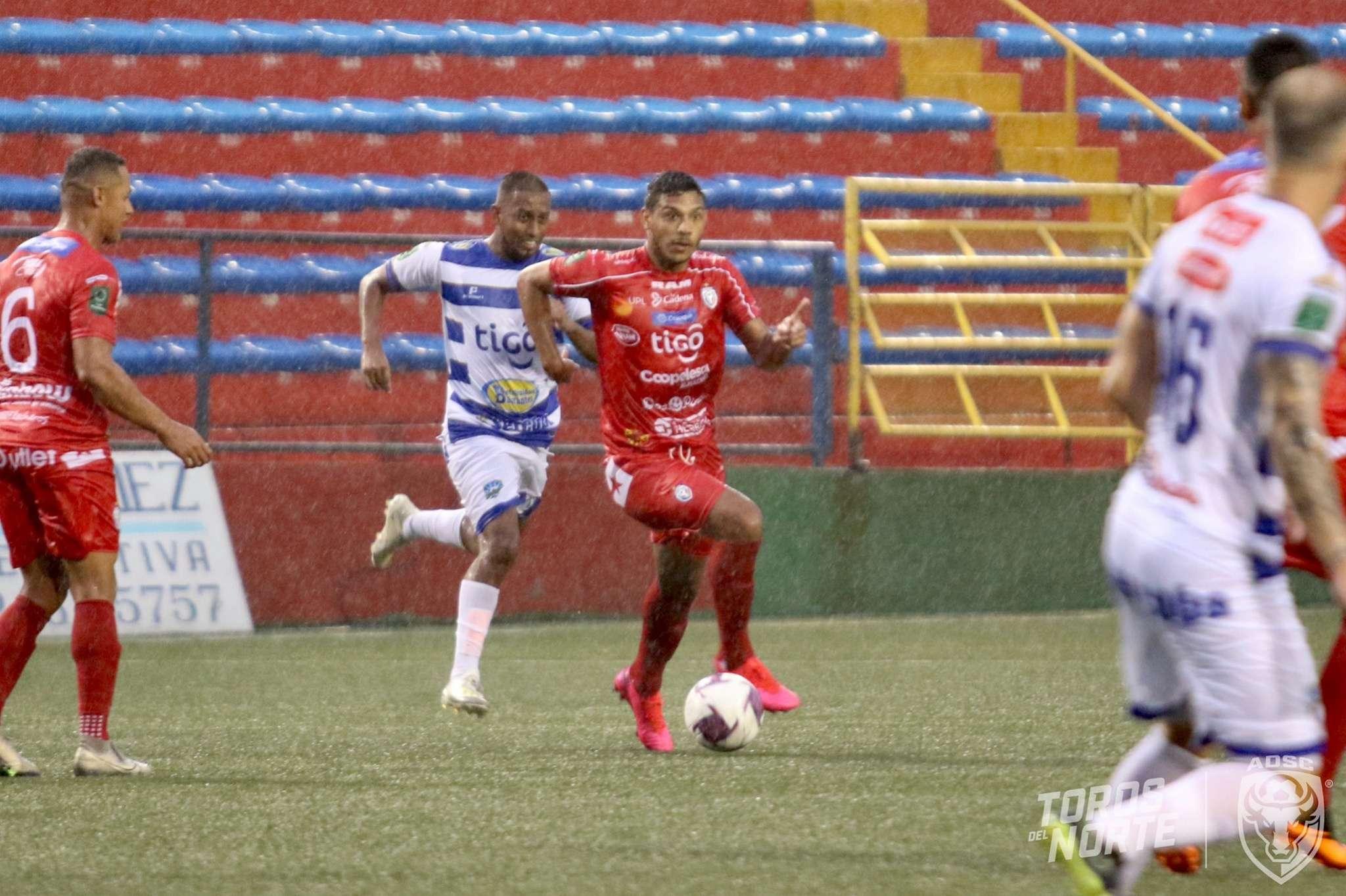Jorman Aguilar conduce el balón durante el partido de ayer.