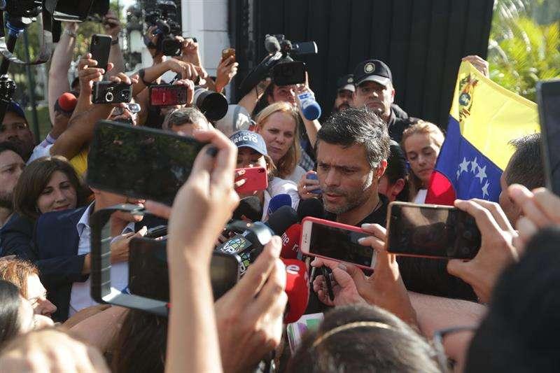 López declarando ante periodistas afuera de la casa del embajador de España en Caracas.