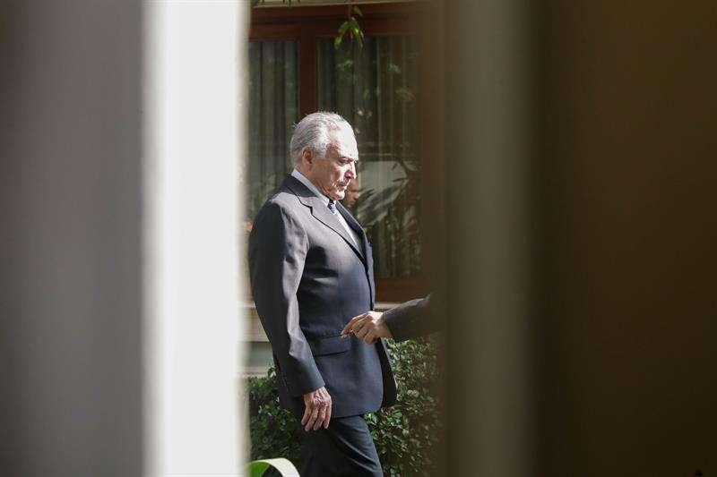 El expresidente de Brasil Michel Temer sale de su casa para regresar a prisión, este jueves en Sao Paulo (Brasil).