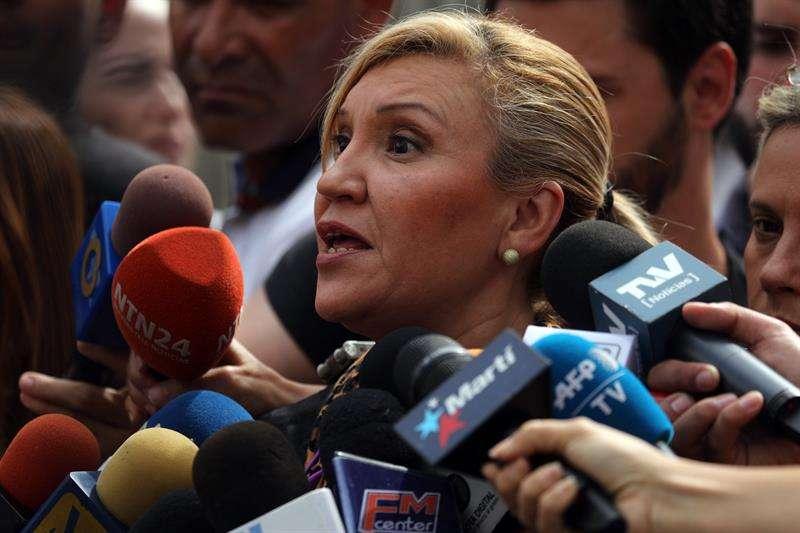 Doria Benaim, abogada del vicepresidente del Parlamento venezolano, Edgar Zambrano, habla con la prensa este jueves en las afueras de la sede del Sebin en Caracas (Venezuela).