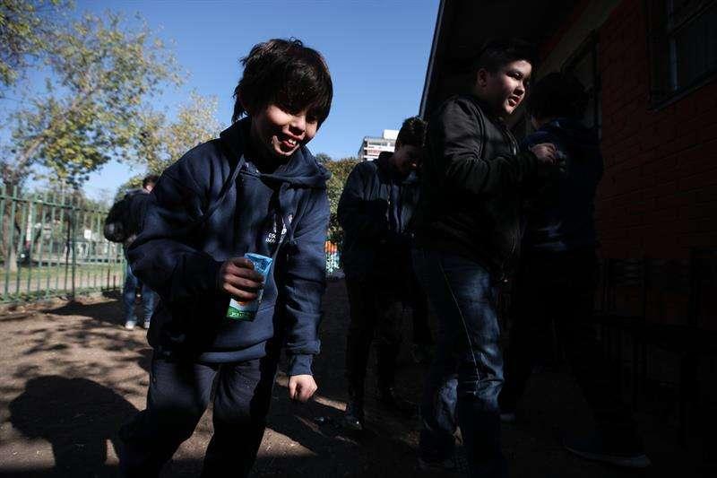 Niños desconocidos jugando en una escuela en el país de Chile.
