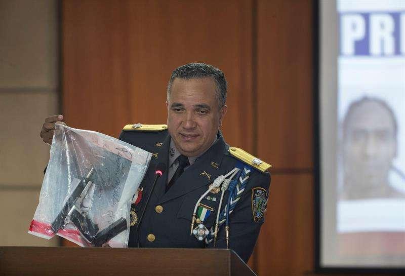 El director de la Policía Nacional Dominicana, Ney Aldrin Bautista Almonte, exhibe la pistola con la que se disparó al expelotero dominicano David Ortiz.