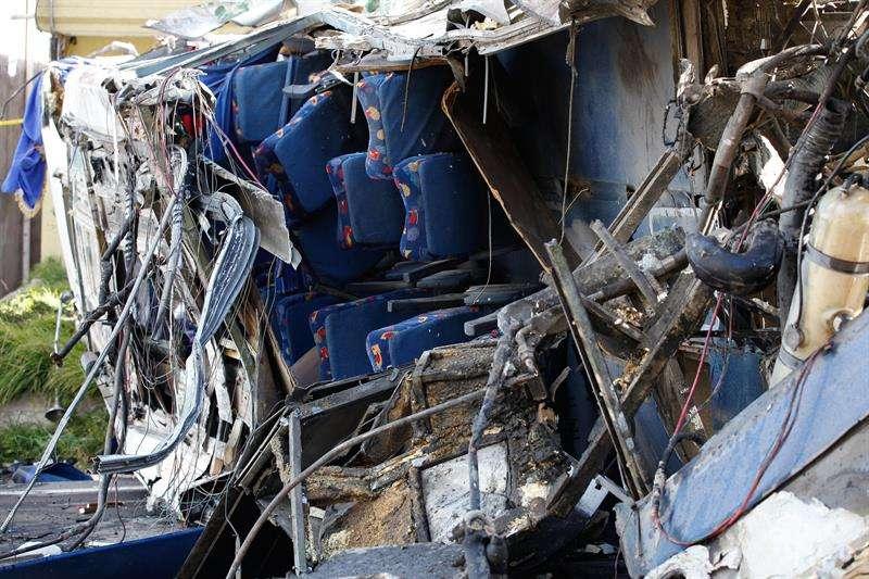 Cuerpos de emergencia trabajan en el lugar del accidente de un autobús de pasajeros hoy, 14 de agosto de 2018, en la carretera andina que une Quito con la zona de Papallacta en Palugo (Ecuador). EFE