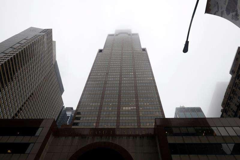 Vista del edificio con el que un helicóptero se estrelló, el pasado lunes, en el centro de Manhattan, Nueva York, (EE.UU.). EFE