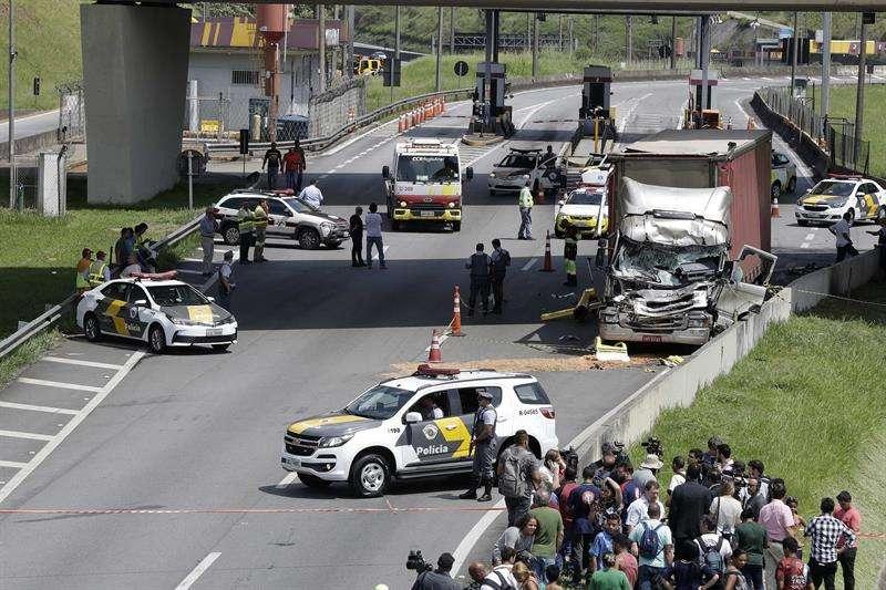 Fotografía de un camión contra el cual chocó un helicóptero en la mañana de este lunes, en Sao Paulo (Brasil). EFE