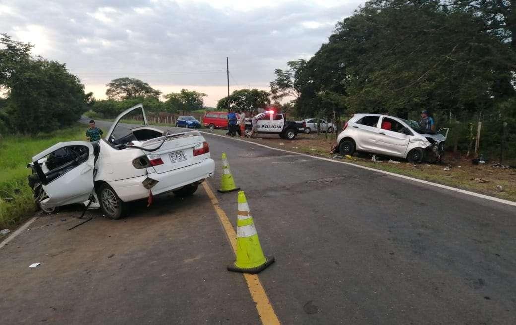 El conductor de uno de los autos que quedó atrapado, requiriendo ser rescatado por unidades del Cuerpo de Bomberos con equipo especial. Foto: Thays Domínguez