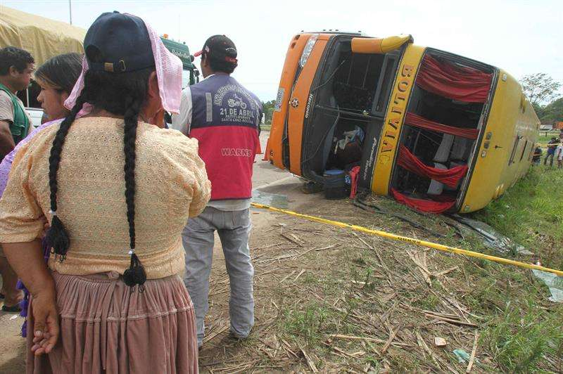 Los accidentes en las carreteras bolivianas causan cada año una media de 1.000 muertos y unos 40.000 heridos, según datos oficiales. En la imagen el registro de otro accidente de tránsito en carreteras bolivianas. EFE/Archivo